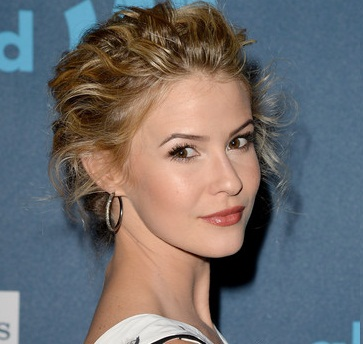 Linsey Godfrey Boyfriend, Dating, Pregnant and Baby