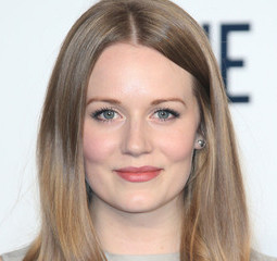 Cara Theobold Wiki, Age, Bio, Boyfriend and Dating