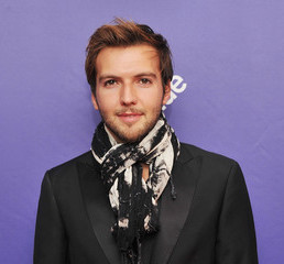 Guy Burnet Wiki, Girlfriend, Dating, Gay, Shirtless and Net Worth