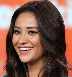 Shay Mitchell Wiki, Boyfriend, Dating, Ethnicity and Gay